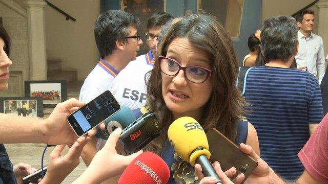 Mónica Oltra atendiendo a los medios de comunicación