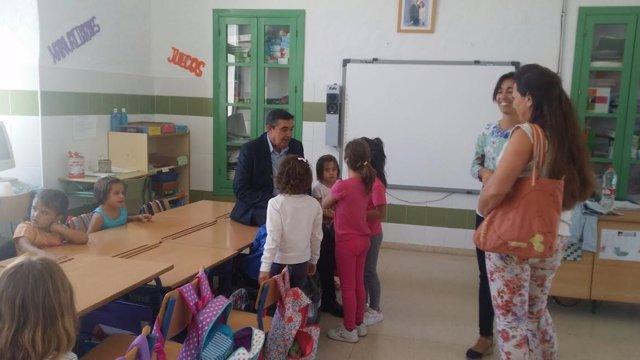 El delegado de Educación, Vicente Zarza, en Cañaveral de León.