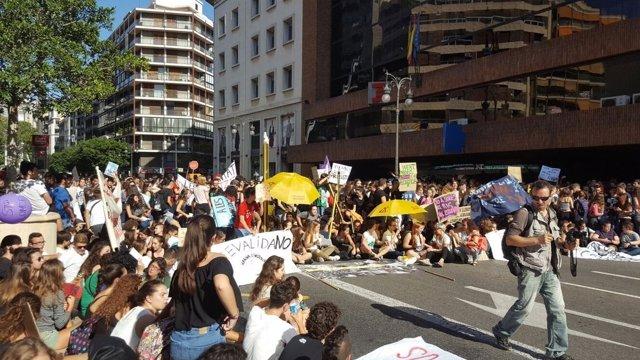 Los jóvenes han realizado una 'sentada' a las puertas de Delegación de Gobierno