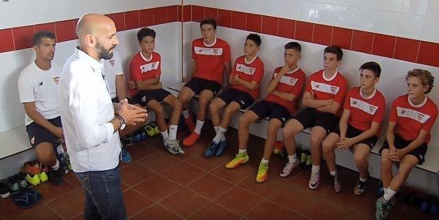 Monchi habla con los alevines del Sevilla antes de la Danone Nations Cup