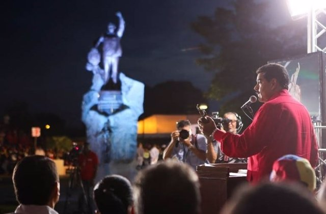 Maduro inaugura estatua de Chavez