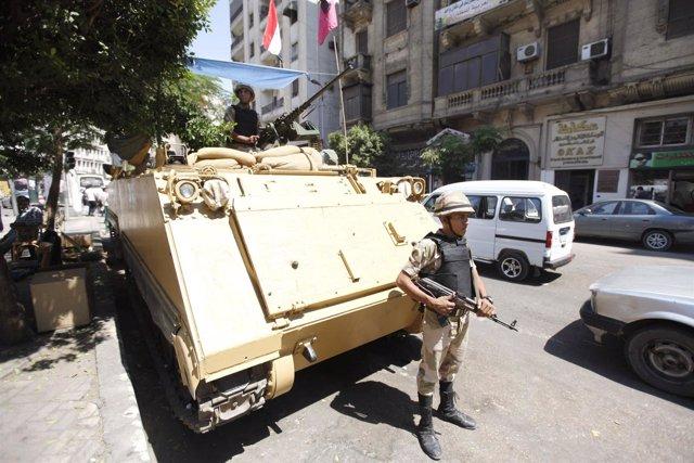 Un soldado junto a un carro armado cerca de la mezquita al-Fath
