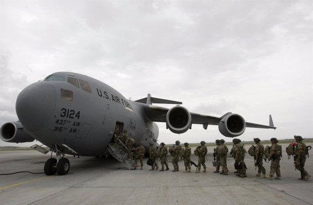 Soldados Estadounidenses Subiendose A Un Avión De Trasporte En Afganistán
