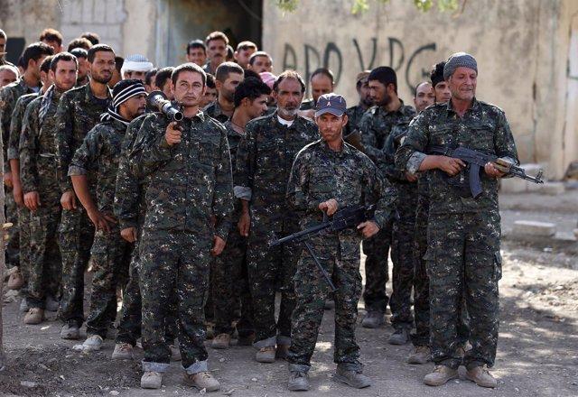 Milicianos yazidíes recibiendo instrucción en bases kurdas en Siria