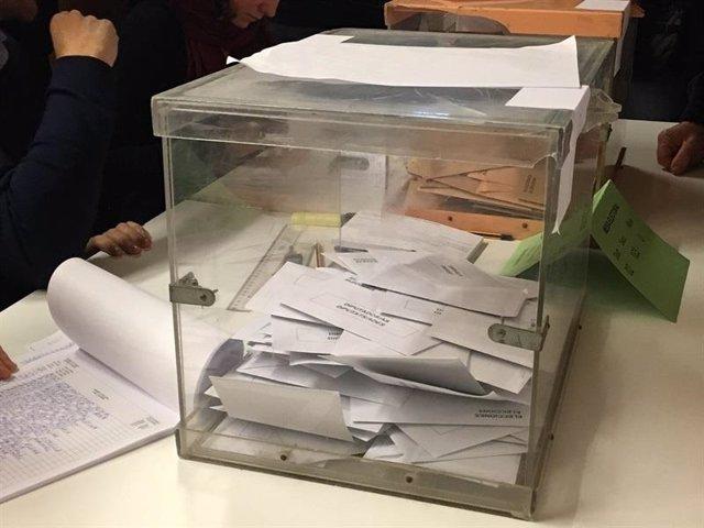 Votos en una urna, elecciones