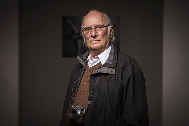 El director Carlos Saura en una exposición