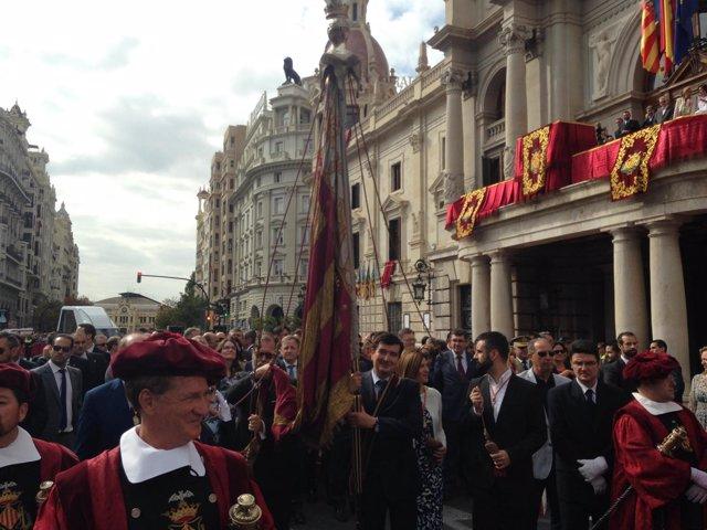 Imagen del inicio de la procesión cívica del 9 d'Octubre con Giner de portador