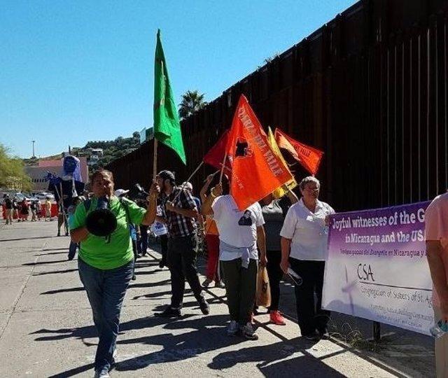 Manifestación contra los muros en la frontera EEUU-México