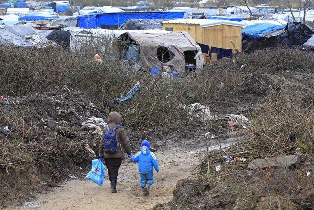 Una inmigrante y su hijo en el campamento de la 'jungla' de Calais