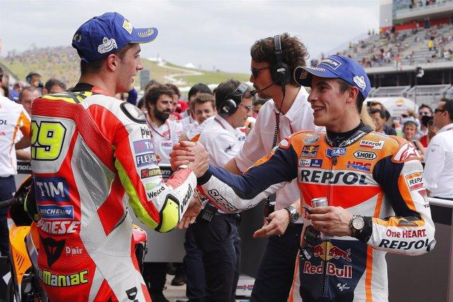 Andrea Iannone felicita a Marc Marquez por su victoria