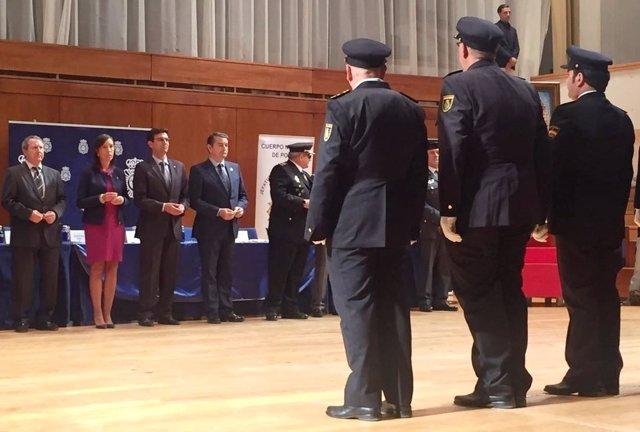 Sanz, con algunos de los policías condecorados en el acto