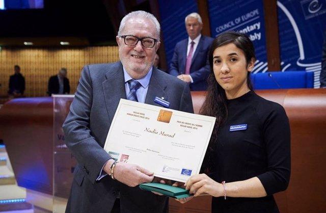 La activista yazidí Nadia Murad recibe un premio de la PACE