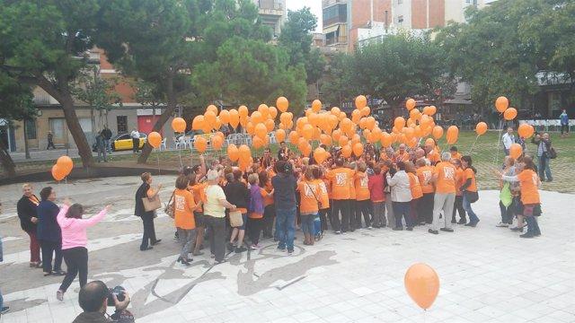 Abrazo colectivo para apoyar a los enfermos mentales en Sant Boi de Llobregat