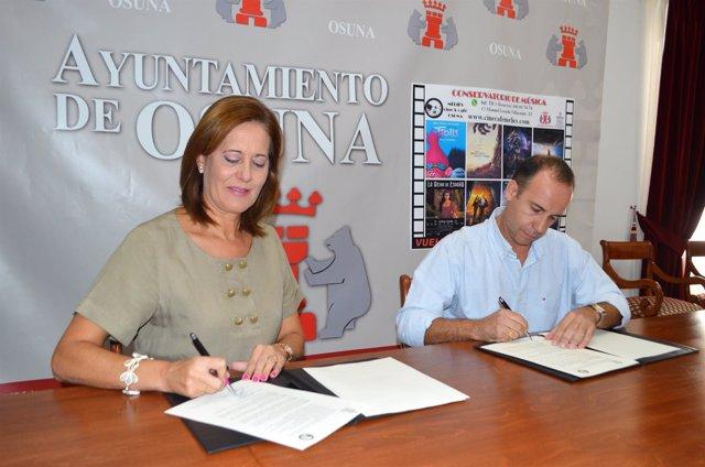 Firma del convenio para restituir el cine en Osuna.