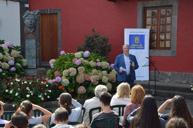 El consejero de Cultura, Carlos Ruiz, frente a un grupo de estudiantes