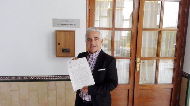 El parlamentario de C's José Antonio Funes tras registrar la iniciativa
