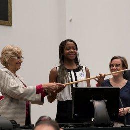 Carmena cede el bastón de mando del Ayuntamiento a la adolescente