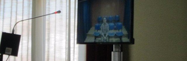 El acusado compareciento por videoconferencia en el juicio