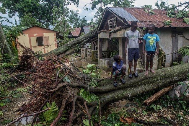 Niños afectados por el huracán Matthew en Haití