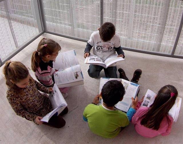 Escolares con libros de texto
