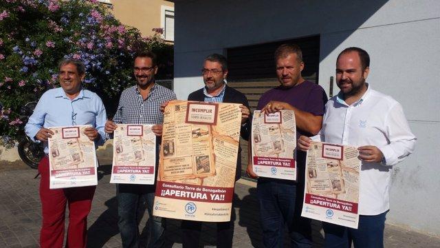 Dirigentes del PSOE criticando el cierre del consultorio.