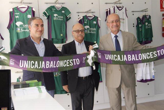 Elias Bendodo y Francisco de la Torre recogen el abono de Unicaja