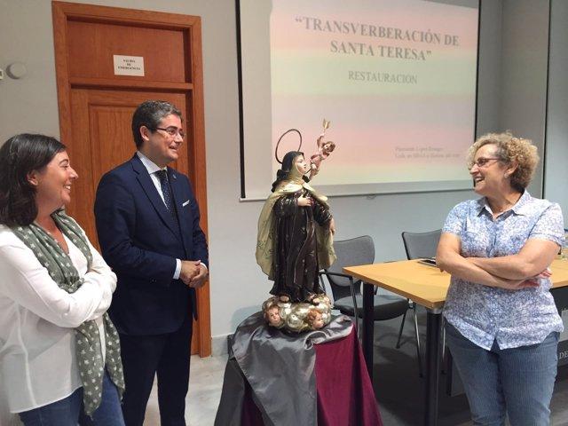 El concejal Jesús Pacheco observa la imagen