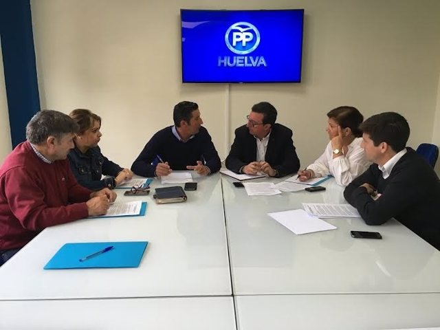 El presidente del PP de Huelva, Manuel Andrés González, con regantes.