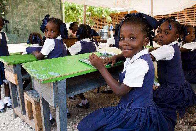 Niñas en una escuela en Jacmel, reconstruida con ayuda de Plan Internacional