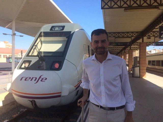 Maíllo (IU), antes de iniciar su viaje en tren entre Almería y Sevilla