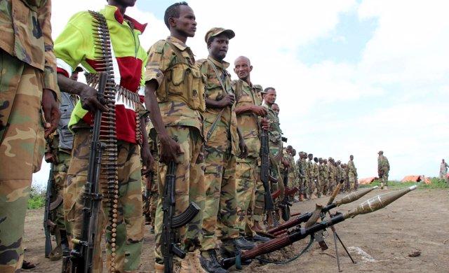 Fuerzas de Jubalandia junto a su equipamiento militar en Somalia.