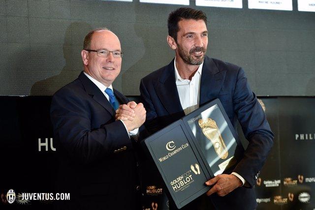 Buffon recibe el Golden Foot