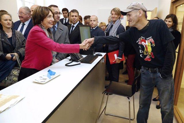 Marisol Touraine estrecha la mano con un hombre