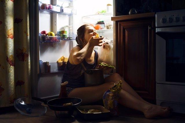 Atracón, comer, nevera, bulimia