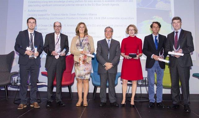 El comisstio europeo con los premiados