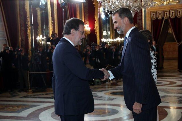 Sus Majestades los Reyes reciben el saludo del presidente del Gobierno en funcio