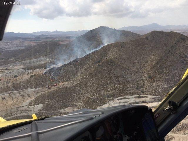 Bomberos controlan un incendio en la Sierra de los Gómez (Cartagena)