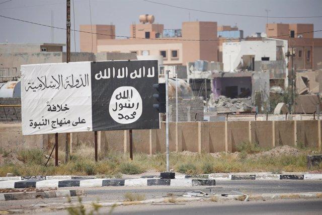 Bandera de Estado Islámico en Faluya (Irak)