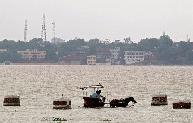 Inundaciones por el desbordamiento del río Ganga en Allahabad (India)