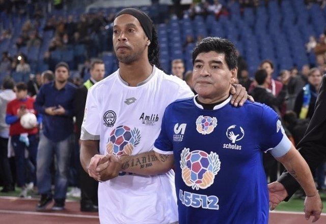 Ronaldinho y Maradona en el 'Partido por la Paz'