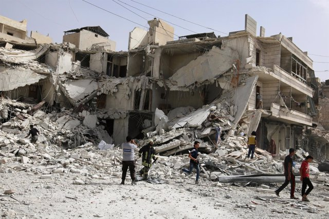 Restos de un bombardeo en un barrio rebelde de Alepo