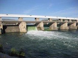 Las compuertas de una central de Endesa en el Ebro.