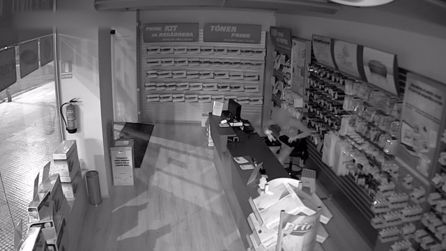 Ladrón robando en una tienda del Vallès
