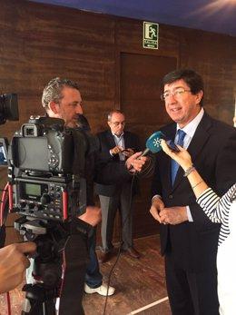 Juan Marín atiende a los periodistas.