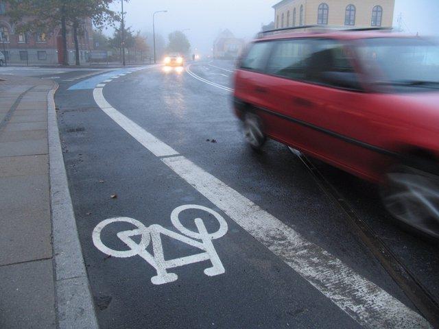 Recurso de conducción con lluvia, tráfico, vehículo