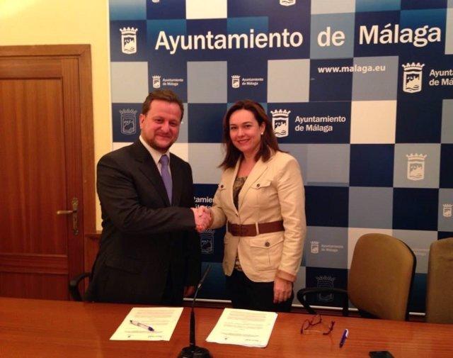 La concejala Martín Rojo firmando el acuerdo con Berenguel.