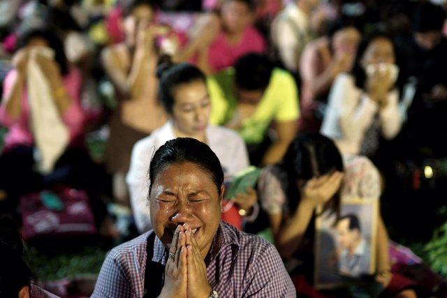 Tailandeses lloran la muerte de su rey