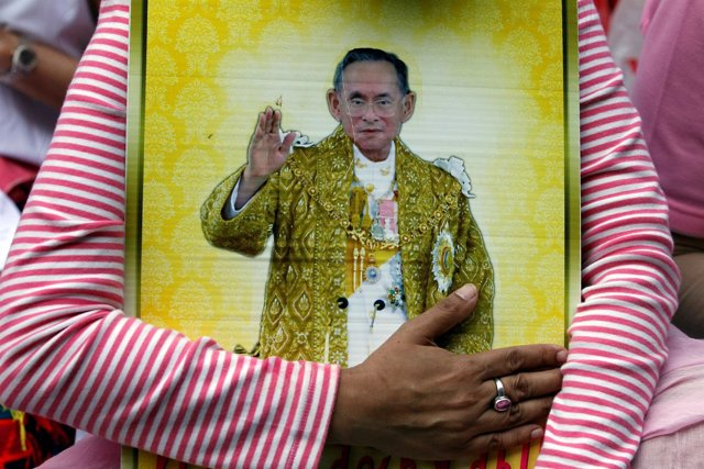Retrato del difunto rey tailandés Bhumibol Adulyadej