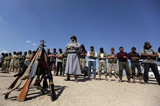 Rebeldes sirios rezando cerca de Azaz