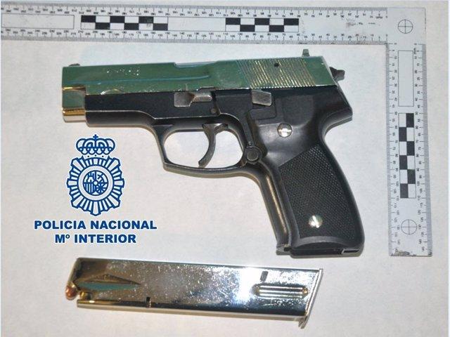 Armas incautadas al individuo detenido por amenazar a un empleado que no le fió